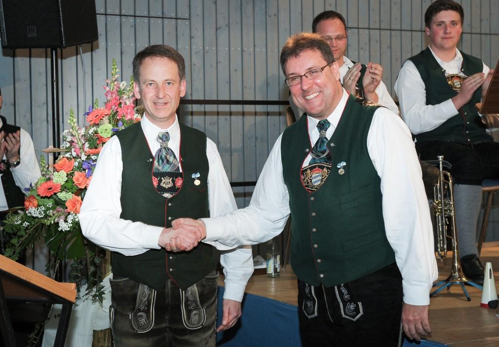 Vorstand Alfred Tkaczik dankte Bernd Schuster für 40 Jahre aktive Mitgliedschaft und über 20 Jahre Dirigentenarbeit im Musikverein Polling