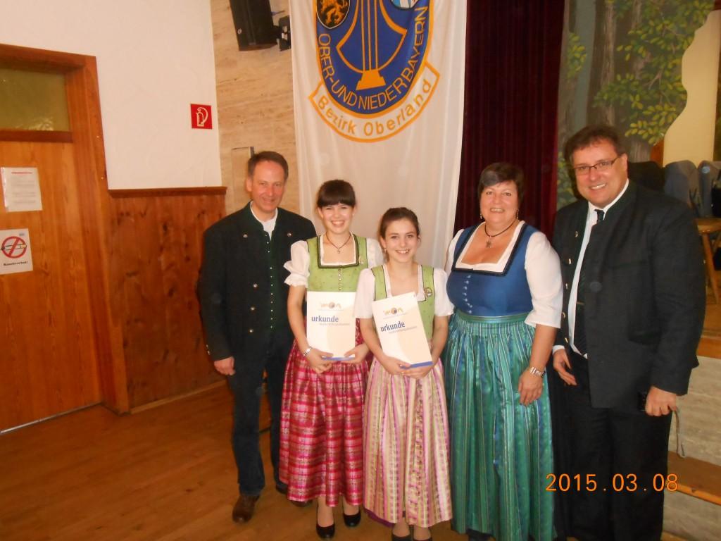 Landrätin Frau Andrea Jochner-Weiß gratuliert Maria Mayr und Franziska Mayr