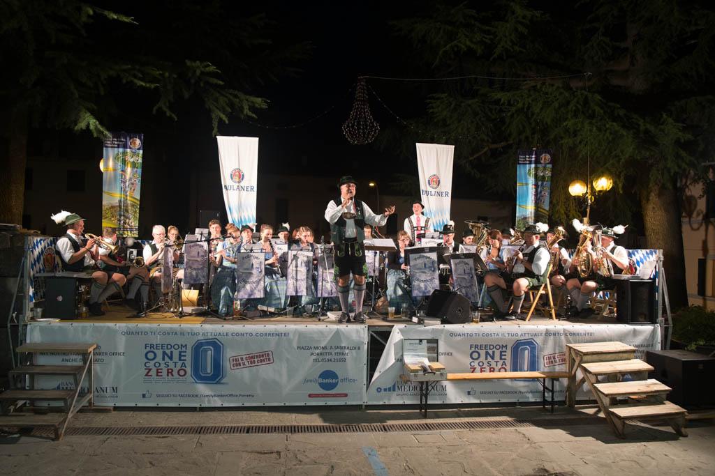 Pollinger Blasmsuik mit Dirigent Bernd Schuster auf der Hauptbühne in Lizzano